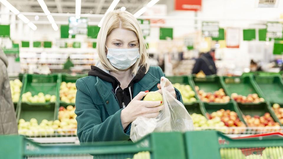 Eine Frau kauft im Supermarkt ein