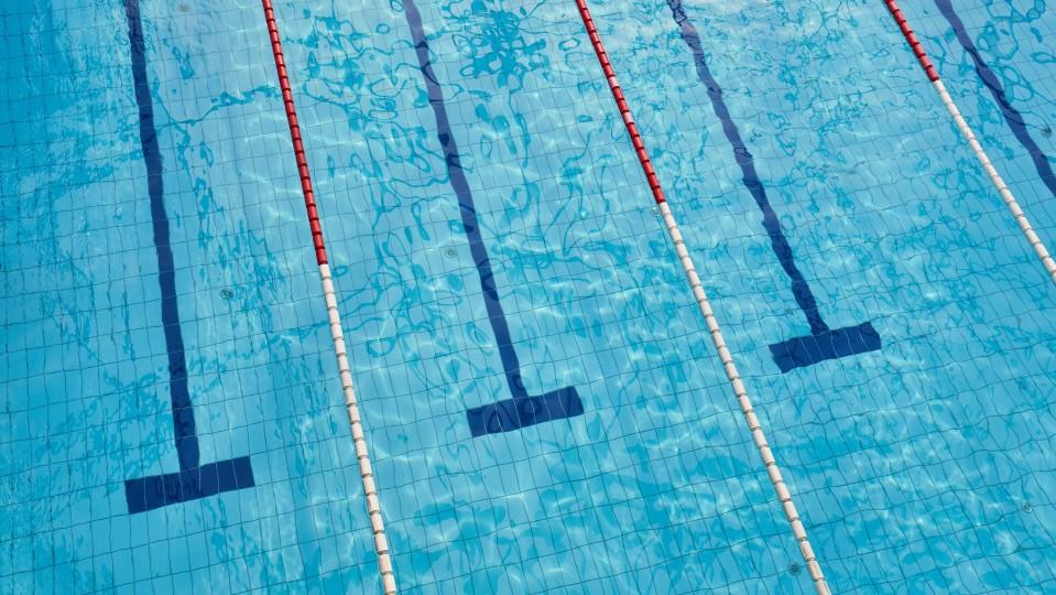 Foto zeigt leeres Schwimmbad