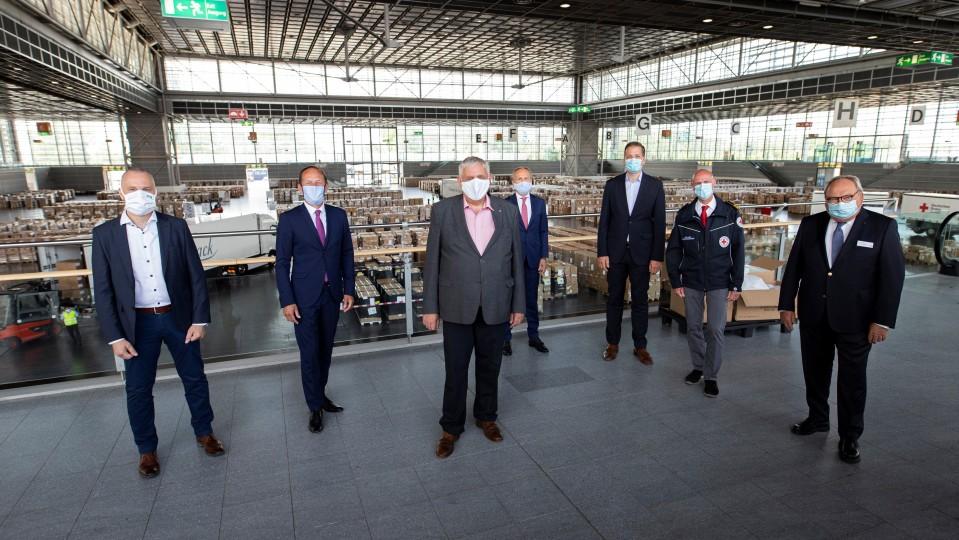 Bild zeigt Minister Laumann beim Besuch des Landeslagers für Schutzausrüstung in Düsseldorf