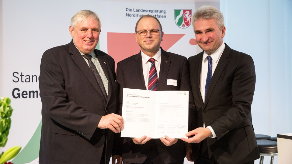 Foto v.l.n.r.: Minister Karl-Josef Laumann, Generalzolldirektion Hans-Josef Haas und Minister Prof. Dr. Andreas Pinkwart