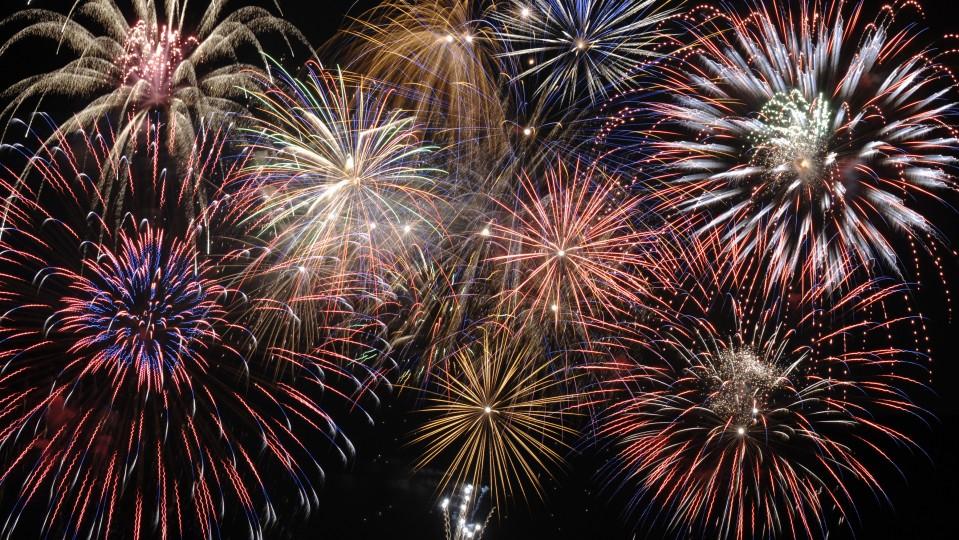 Foto zeigt Feuerwerk am Himmel