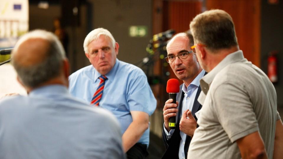 Foto: Vier Männer vertieft in ein Gespräch