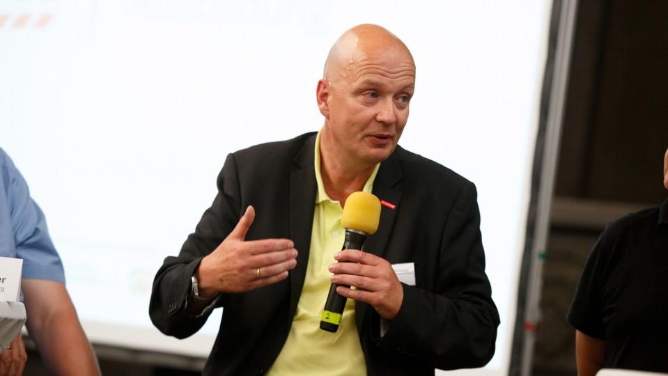 Foto: Dr. Frank Bruxmeier hält das Mikrofon