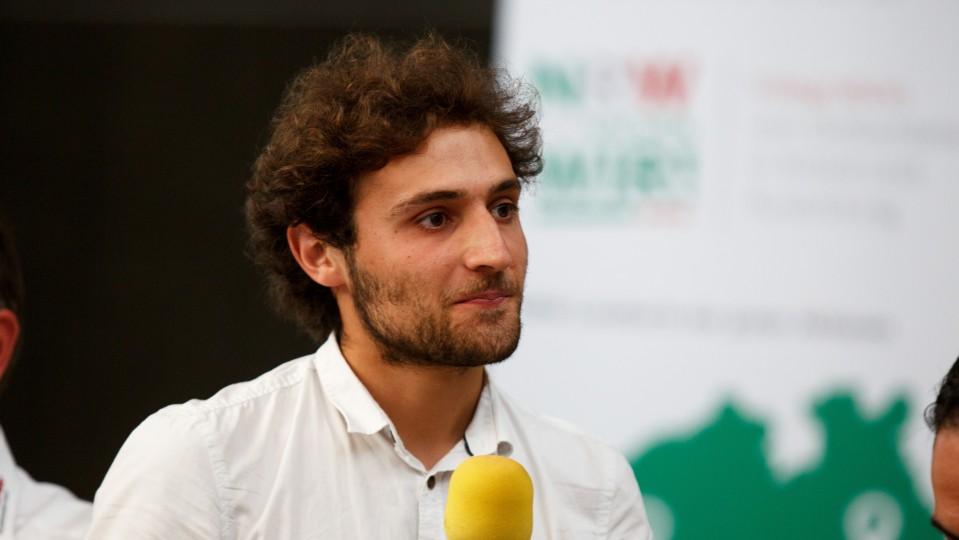 Foto: Rachid Jabado hält das Mikrofon