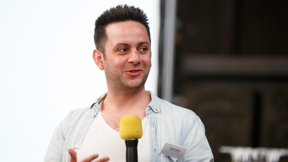 Foto: Ein Mann hält das Mikrofon