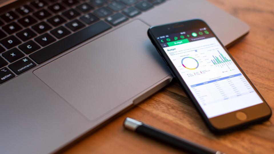 Arbeitsplatz mit Laptop und Smartphone