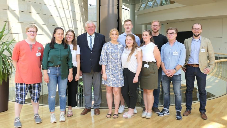 Minister Laumann mit Pflegeschülerinnen und -schülern im Landtag des Landes Nordrhein-Westfalen
