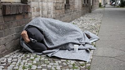 Obdachloser, der auf dem Bürgersteig übernachtet