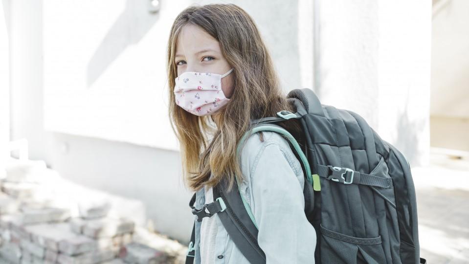 Schülerin mit Mund-Nase-Schutz
