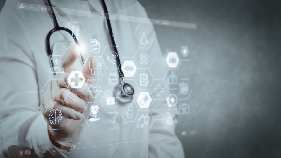 Arzt vor digitalem Wideboard