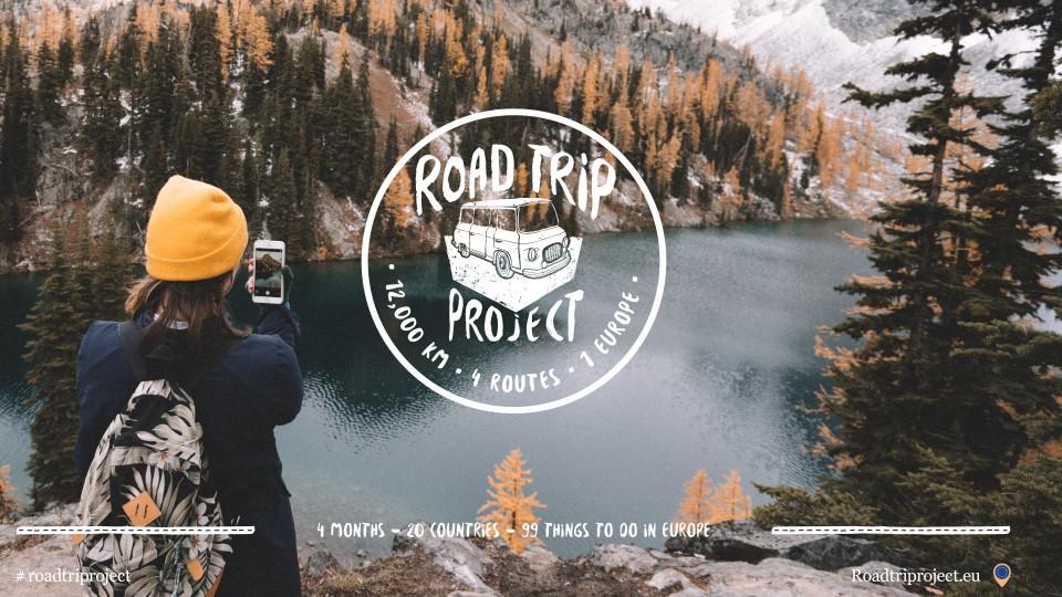 Junger Mensch mit gelber Mütze fotgrafiert Bergsee