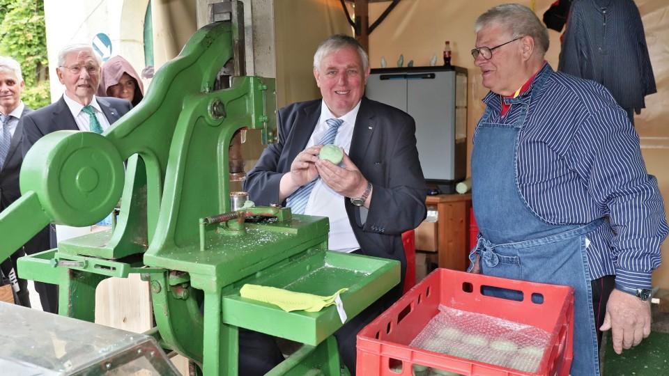 Minister Laumann an einer alten Seifenpresse