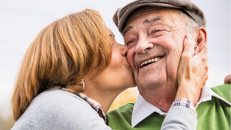 Seniorenpaar, eine Frau küsst einen Mann auf die Wange