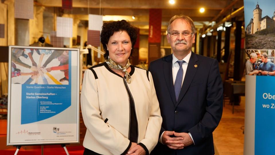 Birgit Steuer, Regionalagentur, und Johannes Mans, Bürgermeister der Stadt Radevormwald vor Plakat zur Veranstaltung