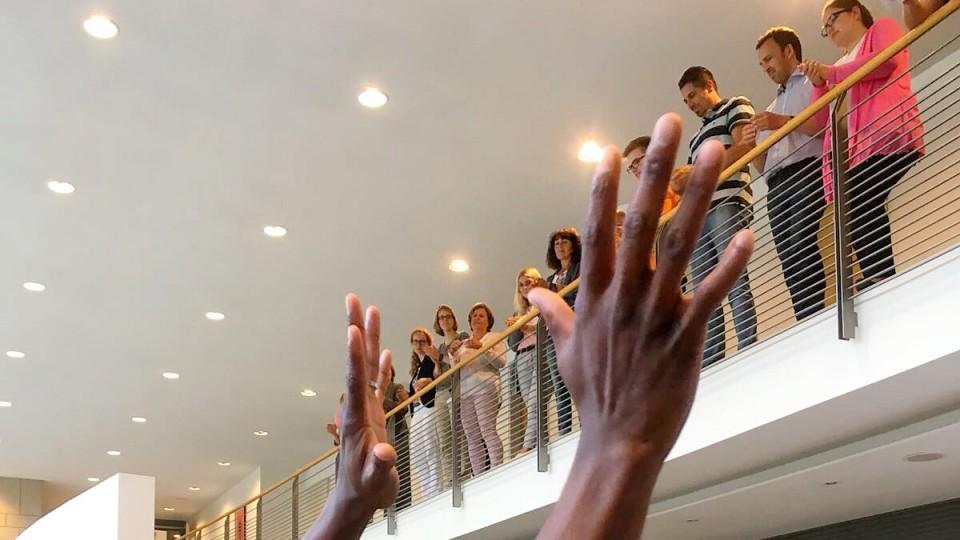 """Fünf Mitglieder der Pantomime-Gruppe """"Mime Art for Life"""" bei ihrem Auftritt im Foyer des MAGS."""