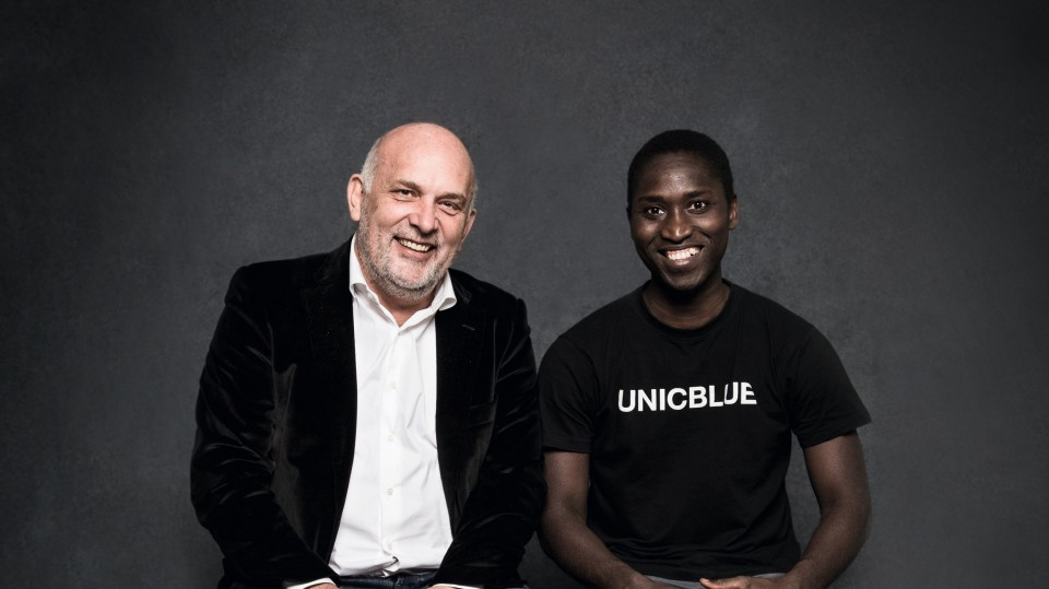 UNICBLUE: Unternehmer Franz Przechowski und Auszubildender auf Sitzbank