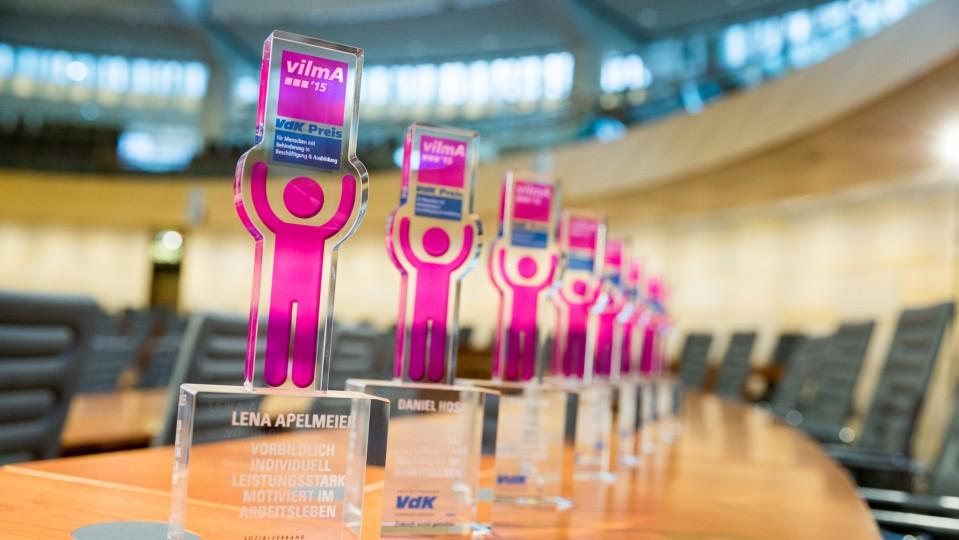 VdK-Preis - Trophäen mit Titel vilmA 2015 auf einem Tisch