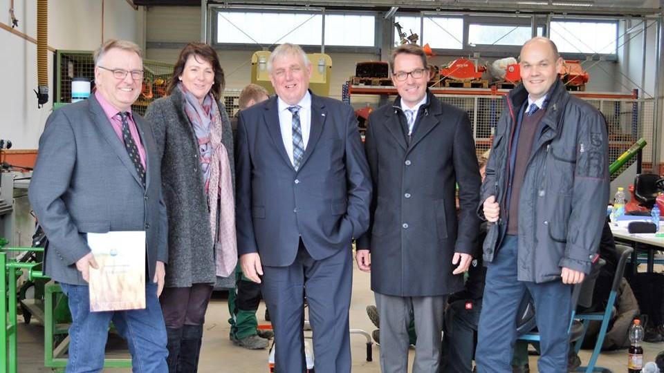 Minister Laumann, Mitte, mit Gesprächspartnern in Warendorf beim Bildungsträger DEULA